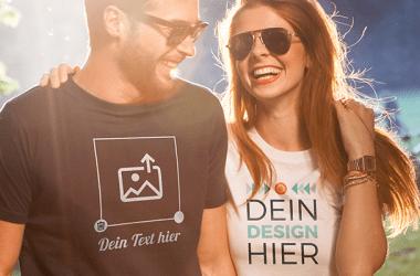 Gut gelauntes Paar trägt selbst gestaltete und bedruckte T-Shirts