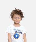Dziecko w koszulce z nadrukiem