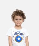 Barn med tryckt T-shirt