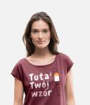 Kobieta w koszulce z nadrukiem