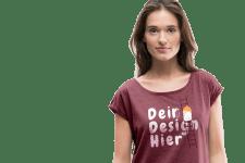 Frau mit bedrucktem T-Shirt