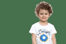 Kind mit bedrucktem T-Shirt