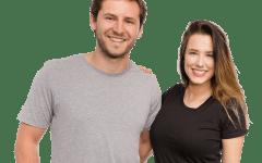 Mężczyzna i kobieta mają na sobie koszulki do samodzielnego zaprojektowania