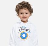 Kind mit bedrucktem Pullover