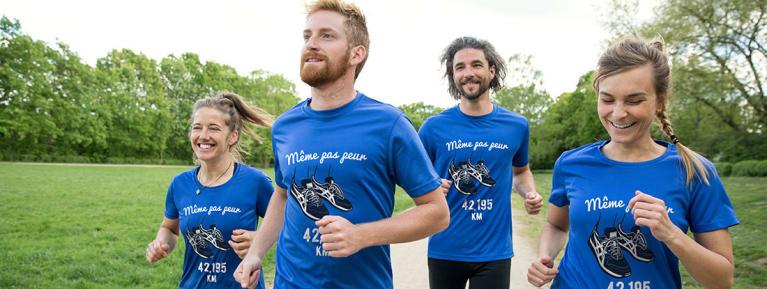 Un groupe d'amis en plein jogging avec leurs t-shirts de sport personnalisés et respirants