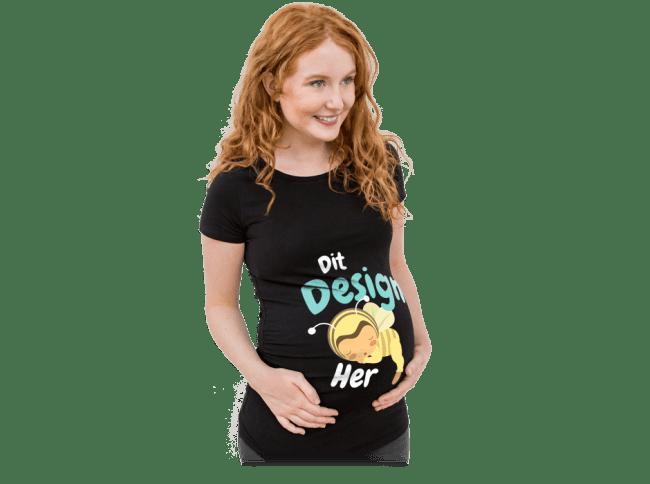 Graviditet - Gravid kvinde iført en selvdesignet og trykt T-shirt