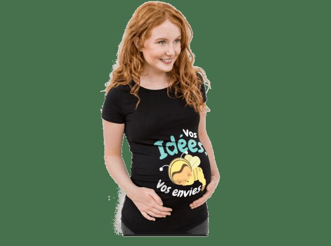 Grossesse - Schwangere Frau trägt ein selbst gestaltetes und bedrucktes T-Shirt