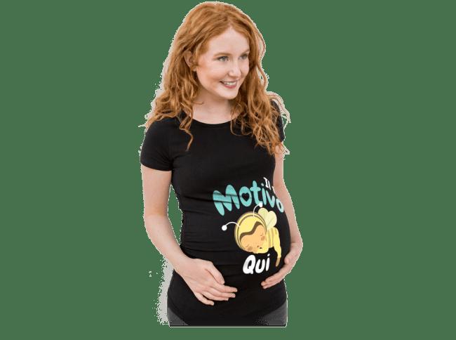 Gravidanza - Una donna in attesa indossa una maglietta realizzata da lei
