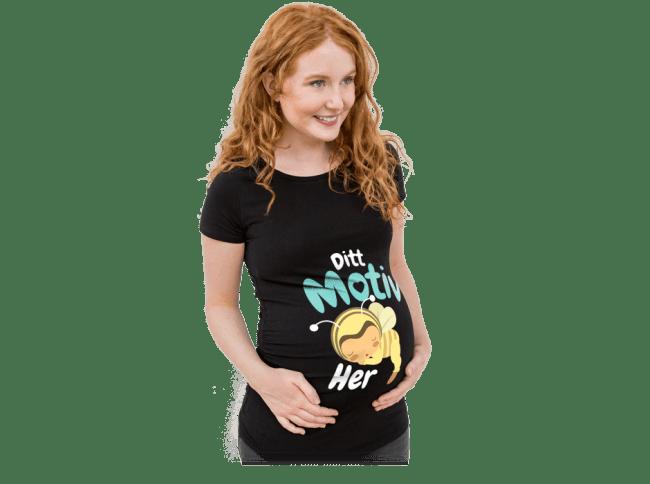 Graviditet - Gravid kvinne med egendesignet og trykket T-skjorte