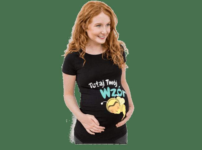 Ciąża - Kobieta w ciąży ma na sobie samodzielnie zaprojektowaną koszulkę z nadrukiem