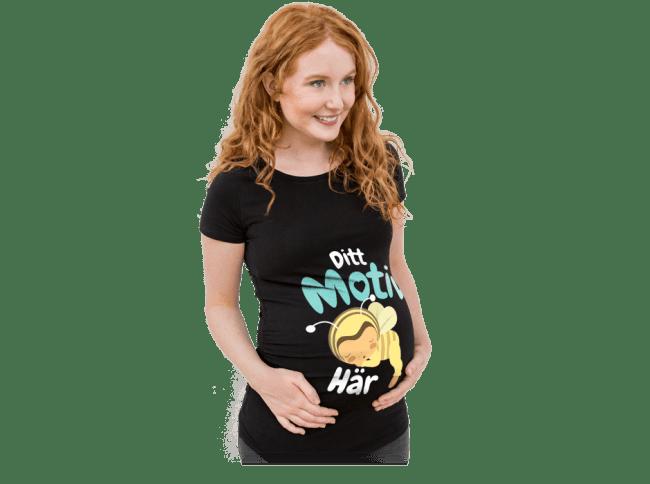 Graviditet - Gravid kvinna bär en egendesignad och tryckt T-shirt