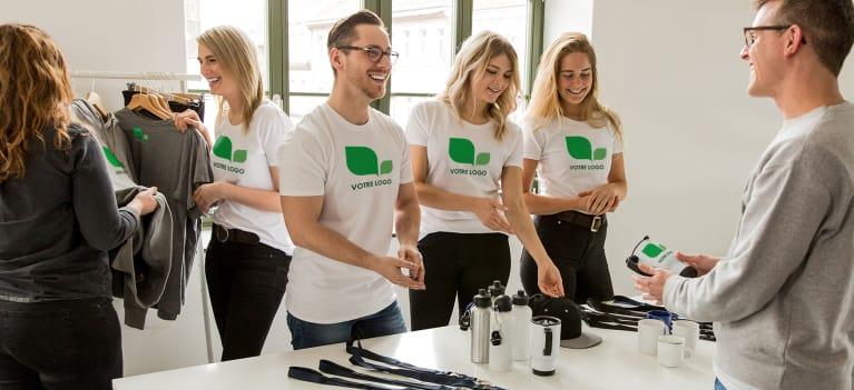 Des collaborateurs portant des t-shirts personnalisés à l'image de l'entreprise.