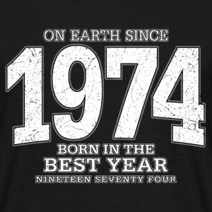 On Earth since 1974 (white oldstyle) - Männer T-Shirt