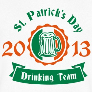 St. Patrick's day drinking Team 2013 for white Tee shirts - T-shirt Homme col V