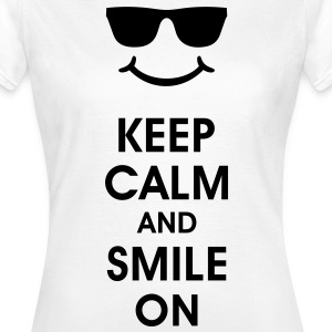 Keep Calm and Smile. Lachend helpt. Smiley Smilie T-shirts - Vrouwen T-shirt