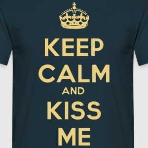 keep calm and kiss me - Men's T-Shirt