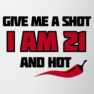 Weiß Give me a shot I am 21 and hot – Shirt zum 21. Geburtstag – Chilli style Tassen - Tasse
