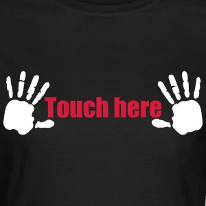 Handabdruck Brüste Touch here 2c T-Shirts - Frauen T-Shirt