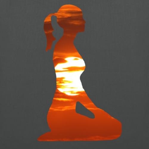 Yoga Frau Meditation in der Abendsonne