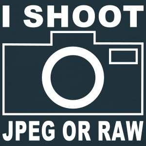 i shoot jpeg or raw T-Shirts - Männer T-Shirt