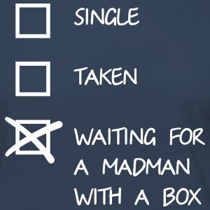 Waiting for a mad man with a box Shirts met lange mouwen - Vrouwen Premium shirt met lange mouwen