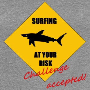 Surfing at your risk! Challenge accepted! - Frauen Premium T-Shirt