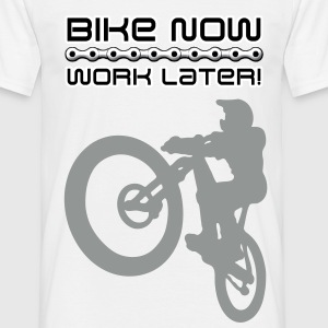 Bike now, work later! - Männer T-Shirt