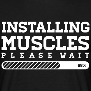 INSTALLING MUSCLES - PLEASE WAIT T-Shirts - Männer T-Shirt