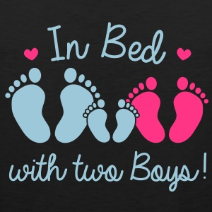 in bed with two boys T-shirts - Mannen Premium tank top