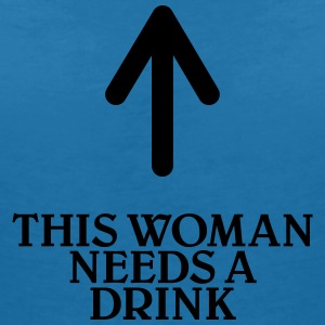 This woman needs a drink T-shirts - T-shirt med v-ringning dam