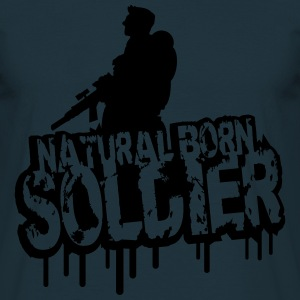 Natural Born Soldier Stempel Graffiti T-Shirts - Men's T-Shirt