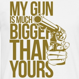 My gun is much bigger than yours T-Shirts - Männer T-Shirt