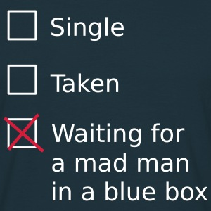 Single Taken Waiting for a mad man in a blue box T-shirts - Mannen T-shirt