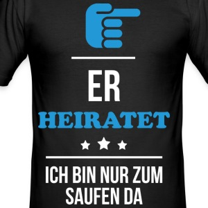 ER HEIRATET - Männer Slim Fit T-Shirt