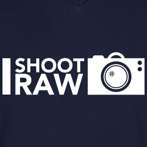I shoot RAW T-shirts - Mannen T-shirt met V-hals