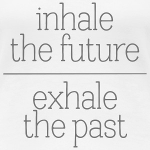 Inhale The Future - Exhale The Past T-shirts - Dame premium T-shirt