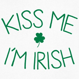 kiss me im Irish cute T-shirts - Mannen T-shirt met V-hals