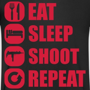 eat_sleep_weapon_repeat_5_1f T-Shirts - Männer T-Shirt mit V-Ausschnitt