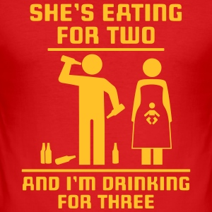 She's eating fot two and I'm drinking for three T-Shirts - Männer Slim Fit T-Shirt