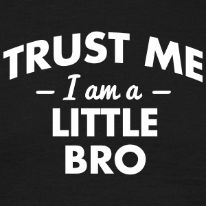 NEW trust me i am a little sister - Männer T-Shirt