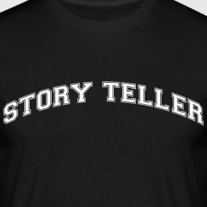 story teller college style curved logo - Männer T-Shirt