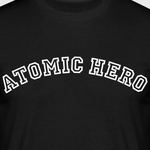 atomic hero curved college style logo - Männer T-Shirt