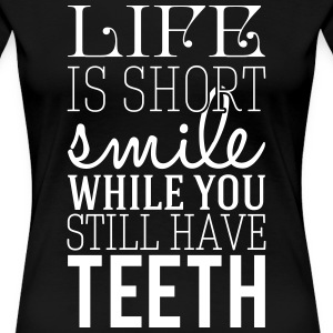 Life is short. smile while you still have teeth Camisetas - Camiseta premium mujer