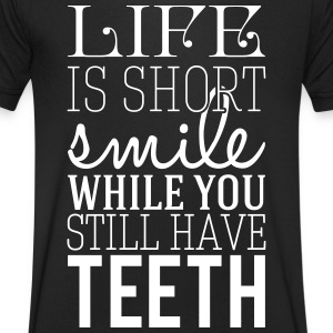Life is short. smile while you still have teeth Tee shirts - Tee shirt Homme col V