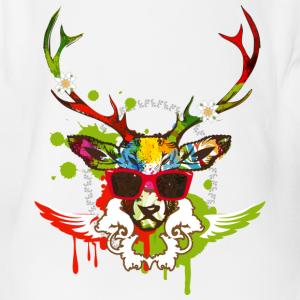 Une tête de cerf avec des lunettes de soleil rouge