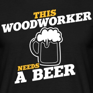 this woodworker needs a beer - Männer T-Shirt