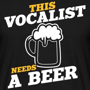 this vocalist needs a beer - Männer T-Shirt