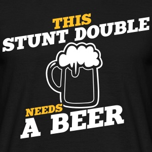this stunt double needs a beer - Männer T-Shirt