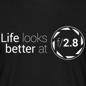 Life looks better at f2.8 T-Shirts - Männer T-Shirt