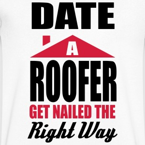 date a roofer, get nailed the right way T-shirts - Mannen T-shirt met V-hals